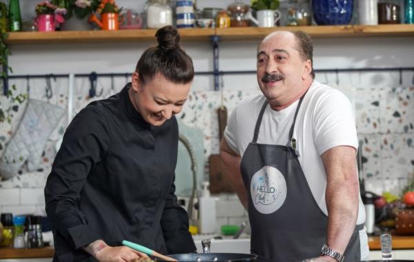 Chef Roxana Blenche și Romică Țociu, la masa de gătit