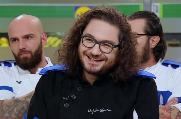 "Florin Dumitrescu, juratul emisiunii ""Chefi la cuțite"", zambind"