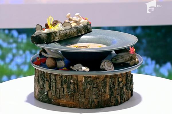 Supă cremă din mai multe tipuri de ciuperci, servită cu cruton din pâine cu cărbune