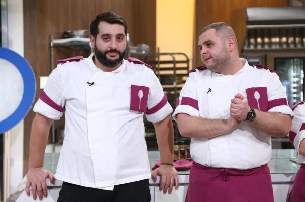 Alexandru Bădițoaia, purtând uniforma echipei mov, la eliminarea de la Chefi la cuțite, lângă Vicenzo Aiello
