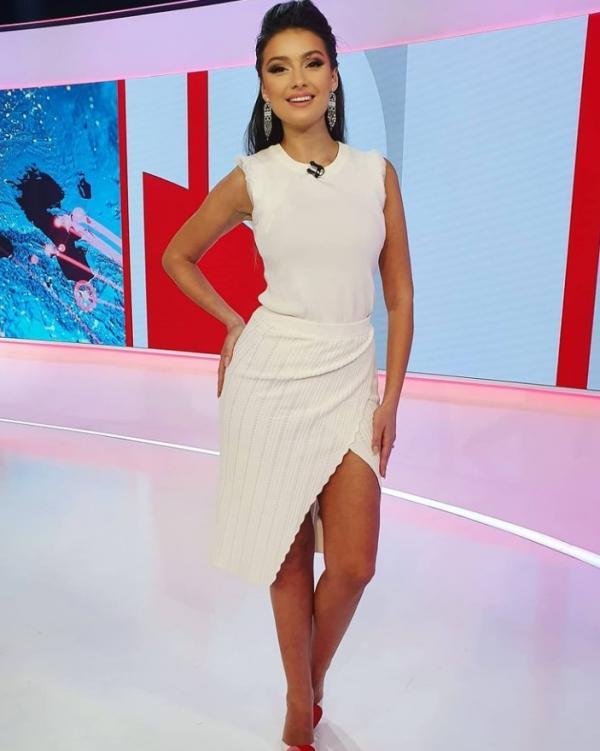 Olivia Păunescu, într-o rochie albă, în platoul Observatorului