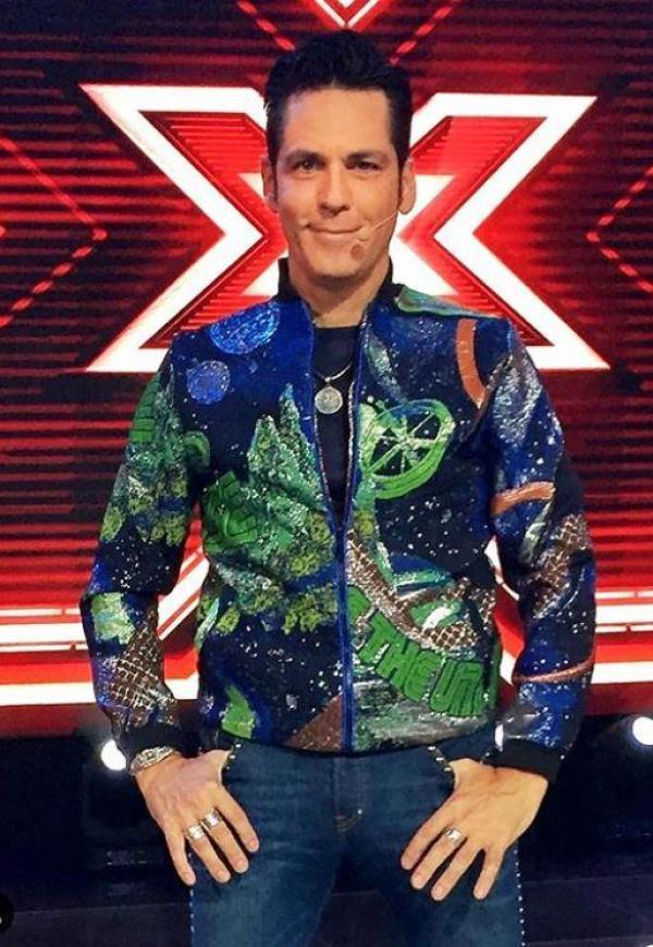 Ștefan Bănică, într-o geacă verde cu albastru, la X Factor