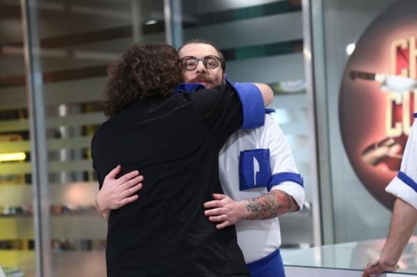 Florin Dumitrescu, îmbrățișându-l pe Ciprian Antone, după eliminarea concurentului de la Chefi la cuțite