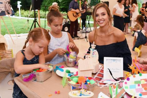 Jessica Alba, îmbrăcată în negru, la masă cu cele două fiice ale ei
