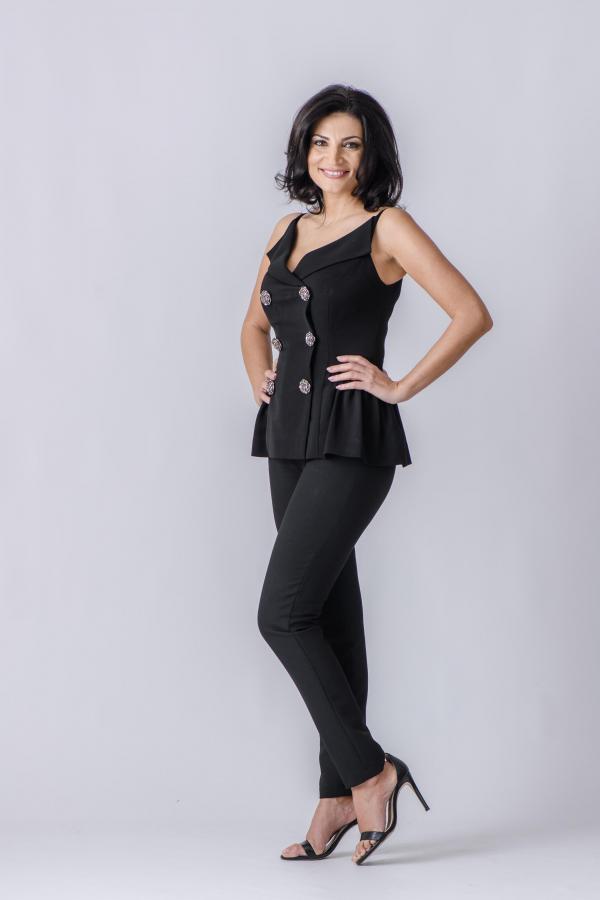 Ioana Ginghină, purtând o ținută neagră: maiou, pantaloni și tocuri
