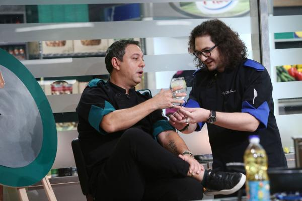 Chefi la cutite, 2021. Chef Sorin Bontea primește un pahar cu vin de la Chef Florin Dumitrescu