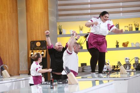 Chef Cătălin Scărlătescu și echipa mov, iunie 2021. Una dintre concurente este suită pe masă, ceilalți sunt jos