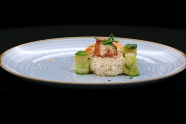 Somon Teriyaki cu orez și susan, salată de castraveți și piele crocantă