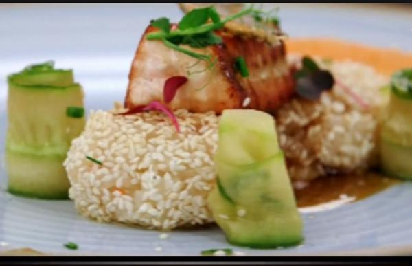 Somon Teriyaki cu garnitură de orez și salată de castraveți, gătite de Valentina Ioniță