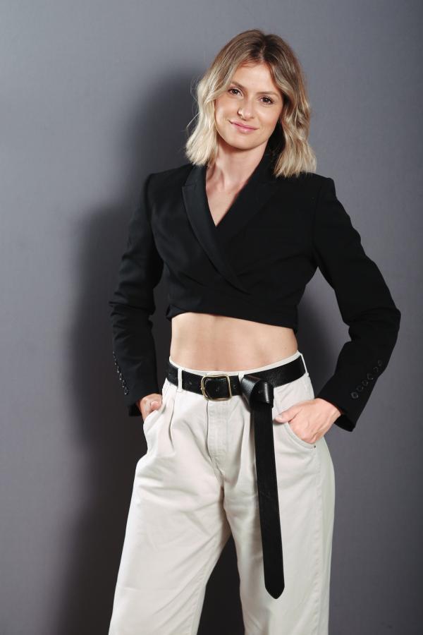 Ioana Blaj, îmbrăcată într-o bluză neagră, cu abdomenlul la vedere