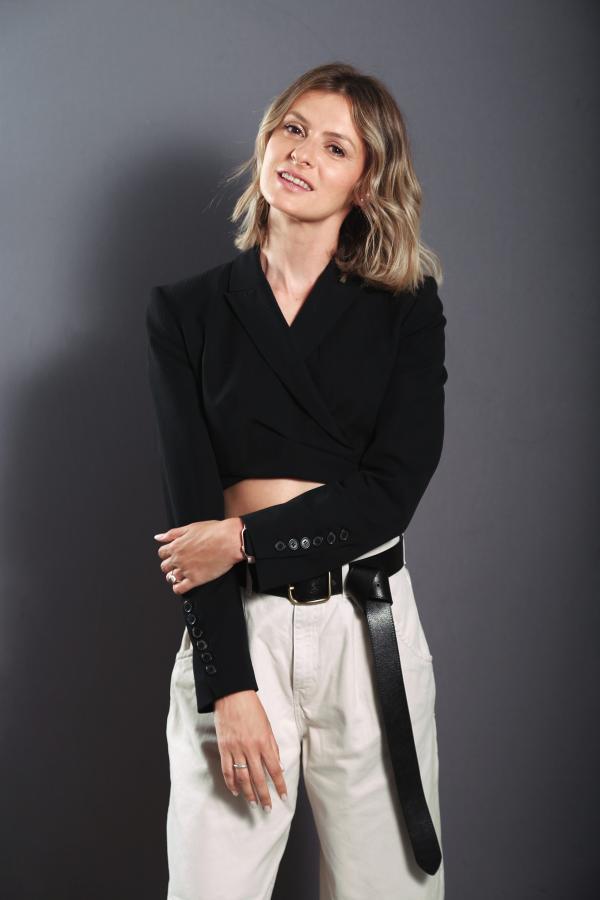 Ioana Blaj, îmbrăcată în-tro bluză neagră, cu abdomenlul la vedere