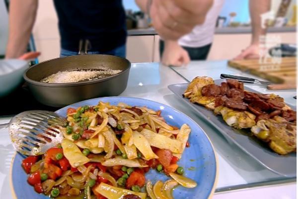 Legume trase la tigaie și carne de pui pentru paella
