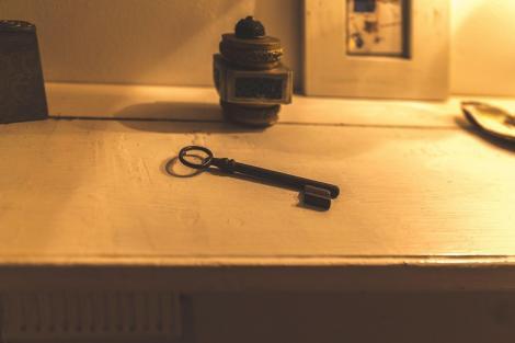 imagine cu o cheie pe o masă