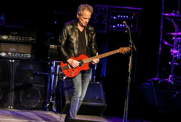 Lindsey Buckingham, într-unul dintre concertele lui, cu chitara în mână
