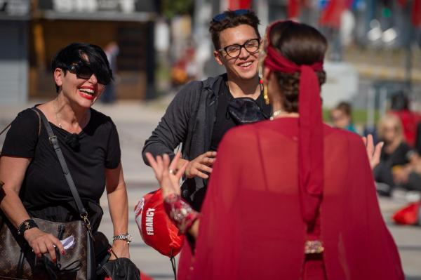 Patrizia Paglieri și Francy , vorbind cu Irina Fodor, în Asia Express