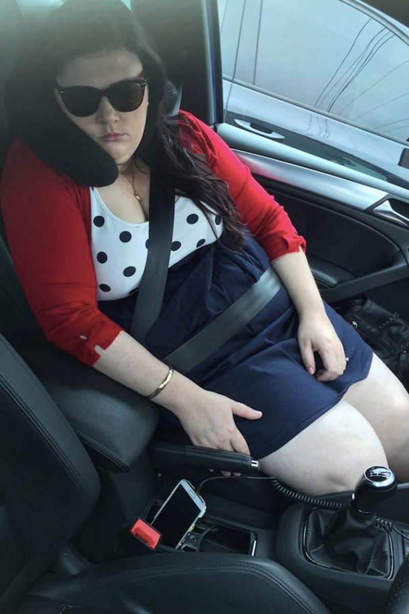 Kimberley Tripp dormind in masina