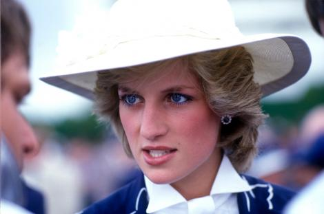 printesa diana, in timpul unei vizite oficiale in auckland, noua zeelanda, palarie alba, cu bor larg, bluza alba si jacheta albastra