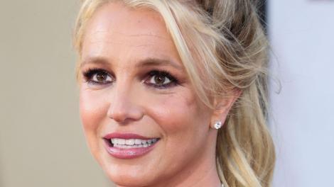 Britney Spears s-a pozat nud, deși se află în mijlocul unui scandal. Ce detaliu neobișnuit au descoperit fanii la fotografie