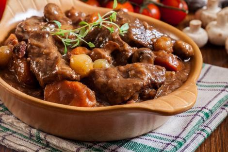 Rețeta de Boeuf Bourguignon, este perfectă pentru un prânz consistent în familie