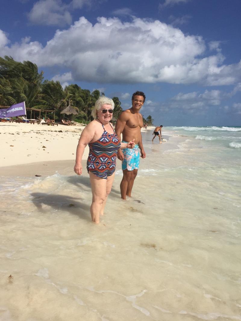 Joan MacDonald in costum de baie, la plaja