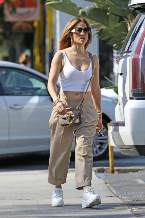 Jennifer Lopez a împlinit 52 de ani. Cum arată celebra artistă în costum de baie
