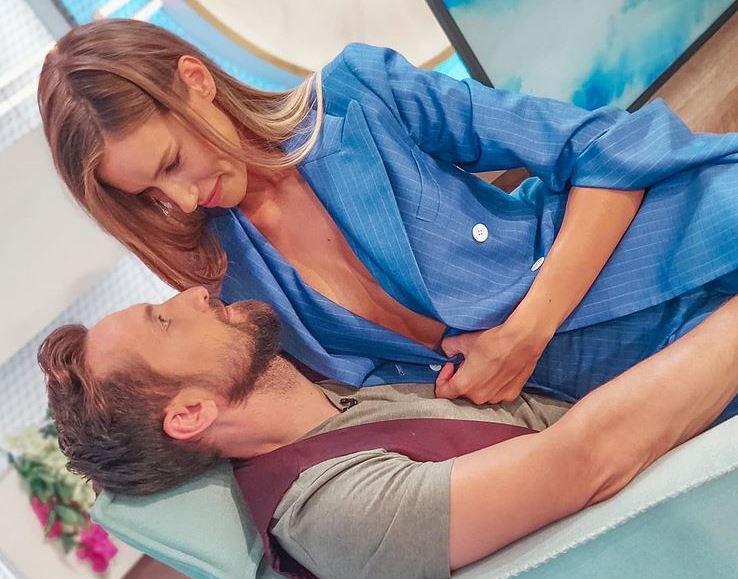 Cum arată acum burtica de gravidă a Gabrielei Prisăcariu. Care a fost provocarea lansată pentru soțul ei. Eu mai tin pepenele|EpicNews