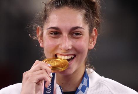 """De ce """"mușcă"""" sportivii din medalii, după ce sunt premiați. Care sunt semnificațiile gestului"""
