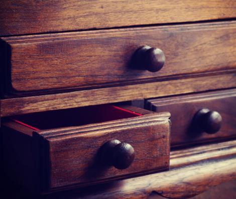 imagine cu un dulap vechi de lemn