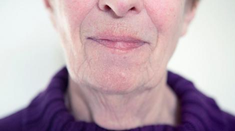 imagine cu chipul unei femei batrane