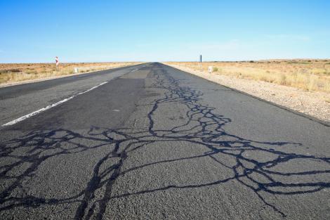 De ce au străzile linii negre și lucioase pe asfalt și care este rolul acestora
