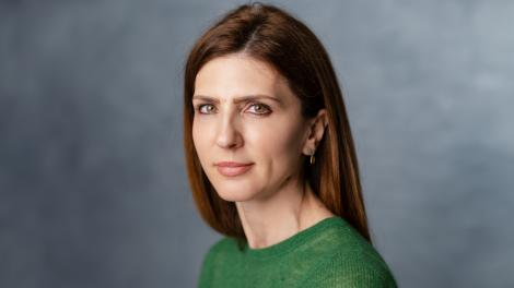 Roxana Draghici, Head of Sales eJobs Romania, într-o bluza verde