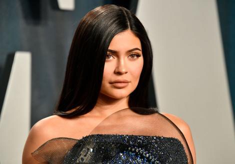 Kylie Jenner, îmbrăcată elegant, într-o rochie, cu părul desprins