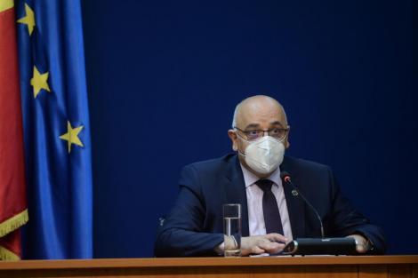 Raed Arafat, purtând masca de protecție, la conferință