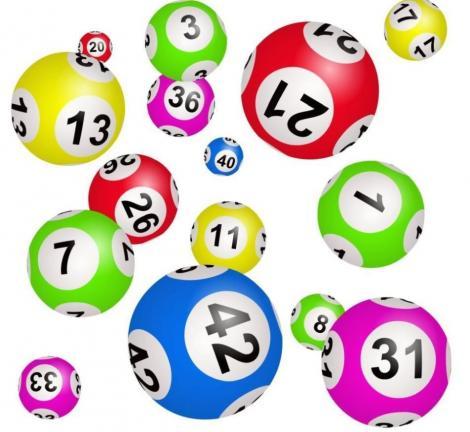 bile cu numere asemănătoare celor de la loto pe un fundal alb