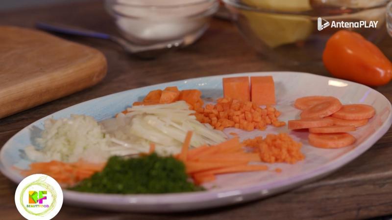 legume taiate in diferite forme, asezate pe o farfurie alba
