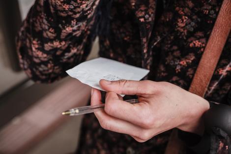 O femeie se afla la o întâlnire atunci când un străin de la altă masă i-a dat pe furiș un bilet. Ce mesaj a descoperit
