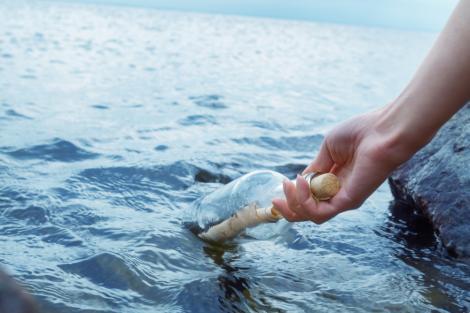 O femeie a găsit o sticlă veche într-un lac și când a deschis-o a găsit un bilet în interior. Peste ce mesaj neașteptat a dat