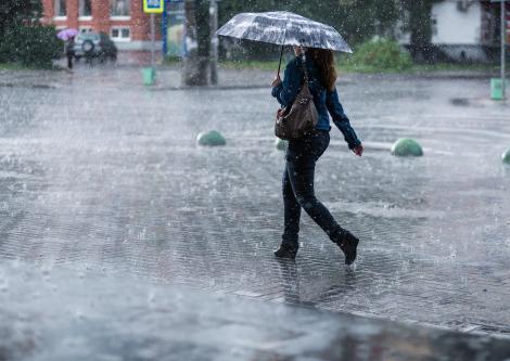 Alertă ANM! Cod portocaliu de ploi abundente, descărcări electrice, vijelii și grindină în 12 judeţe. Zonele afectate