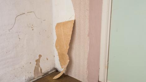 Un bărbat a vrut să renoveze camera fiicei sale, dar a găsit un mesaj secret ascuns sub tapet. Ce a descoperit Karl Murphy