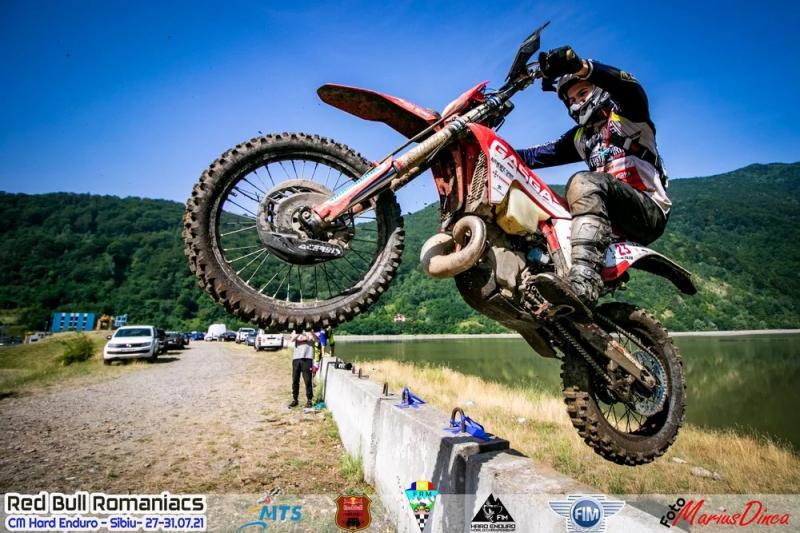 sportiv pe motocicleta la competitia de enduro