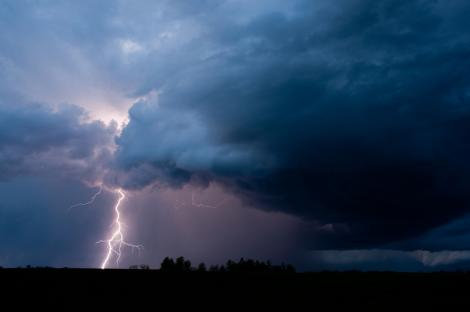 Furtună puternică, pe Transalpina. Vântul a aruncat frigiderele de răcoritoare pe șosea. Imagini amator