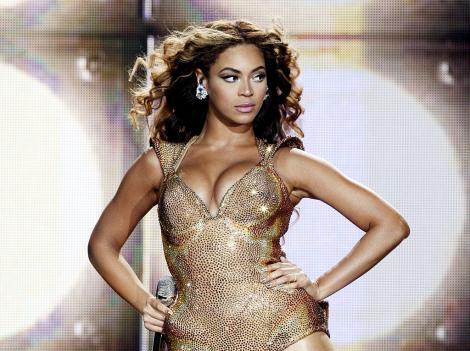 """Beyonce își promovează noua linie de haine în ipostaze """"înflăcărate"""". Cum arată într-un body din denim, cizme și pălărie de cowboy"""