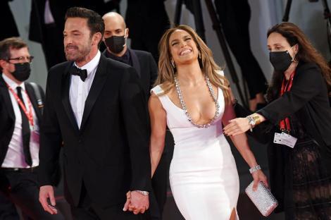Jennifer Lopez și Ben Affleck, oficial împreună pe covorul roșu, la 20 de ani de la prima lor apariție în calitate de cuplu
