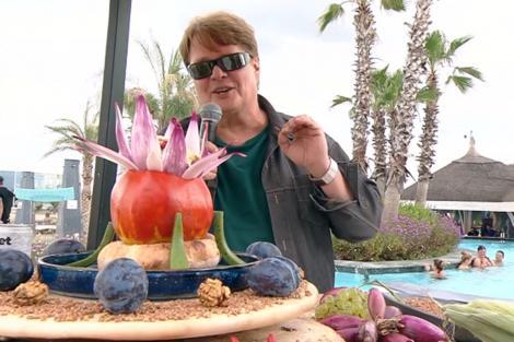 Roșiile umplute cu salată din ingrediente de toamnă se servesc cu lipii sau chifle de casă