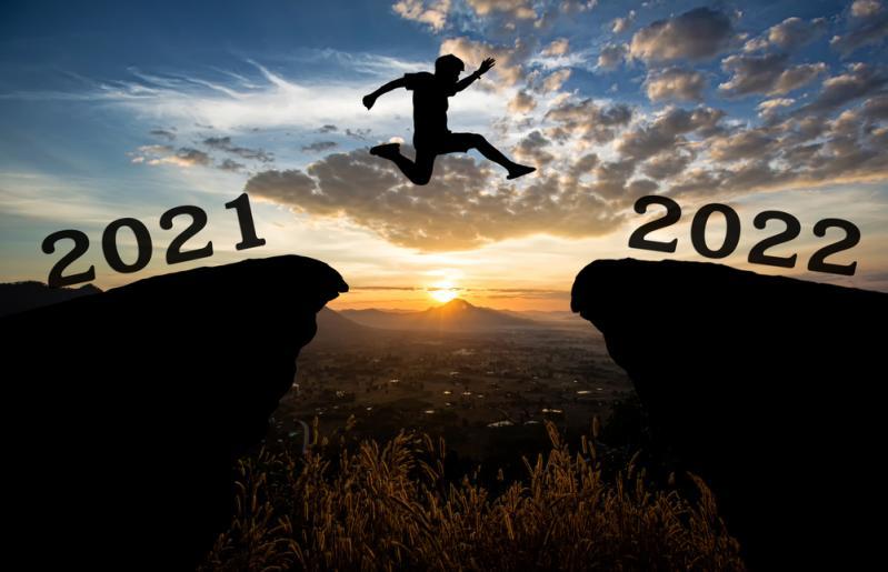 imagine cu un om sarind pe stanci reprezentand anii 2021 si 2022