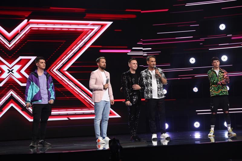 Narcis Ianău pe scena emisiunii X Factor, alături de Răzvan Simion și Dani Oțil si alti doi tineri