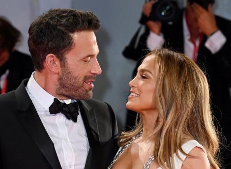 Jennifer Lopez a strălucit într-o salopetă neagră cu detalii aurii. Ținuta artistei a atras toate privirile