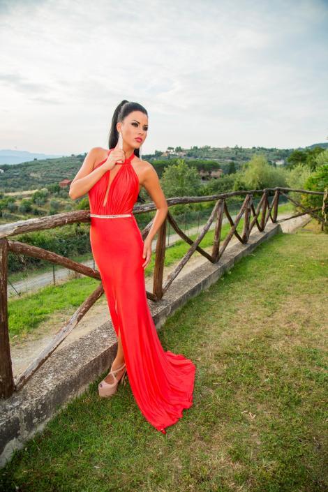 """Daniela Crudu și-a surprins pretendenții cu ținutele purtate în timpul filmărilor  pentru reality show-ul """"Burlăcița"""""""