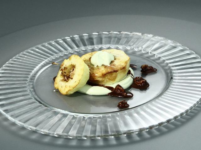 Adriana Ivan prepară un desert cu măr, nucă și migdale