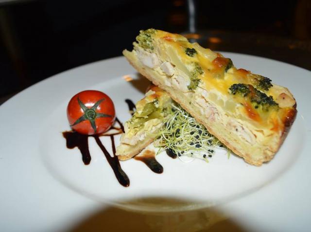 Elena Popa prepară un quiche cu piept de pui si broccoli